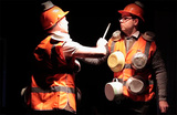 В спектакле «Саундтрек» актеры играют на бытовых предметах
