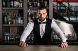 В Петербурге открылся бар, в котором официанты будут хамить и материться