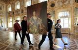 Подготовка портрета императрицы Елизаветы перед отправкой на выставку «Царские коллекции. Раритеты Петергофа» в Германию. Выставка откроется 14 декабря во дворце Шецлер в Аугсбурге.