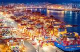 Вечерний вид морского контейнерного терминала в порту Циндао. Китай.