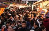 Продуктовый рынок в Токио в преддверии Нового года.