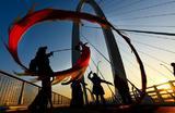 Артисты исполняют танец дракона на мосту «Шоуган» в Пекине. Китай.