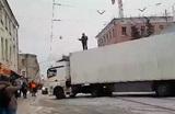 Роструд пообещал помочь многодетному водителю фуры, перекрывшему дорогу в центре Москвы