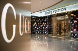 Bloomberg: сотрудники Gucci, Louis Vuitton и Saks обвиняют работодателей в сговоре