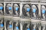 Банкноты достоинством в один доллар с изображением Джорджа Вашингтона в медицинской маске.