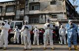 Сотрудники санитарной службы молятся перед началом операции по дезинфекции общественных территорий в Куала-Лумпуре. Малайзия.