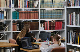 Библиотекари в перчатках и масках, защитные экраны в Ленинке и карантин для книг