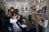 В Подмосковье возобновили работу парикмахерские, салоны красоты и бани