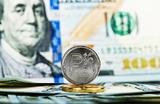 Рубль подешевел к доллару и евро на фоне опасений второй волны COVID-19