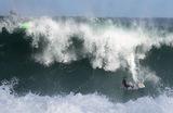 Серфер на волнах пляжа Леблон в Рио-де-Жанейро.