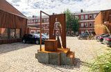 Памятник курьерам установили в Москве. Арт-объект «Самоизоляция», посвященный работе курьерских служб, находится на территории «Товарищества Рябовской мануфактуры» в Холодильном переулке.