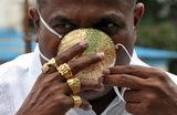 Мужчина носит защитную маску из золота во время распространения коронавирусной болезни в Индии. Пуна, штат Махараштра.