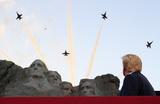 США отметили День независимости авиапарадом, сожженным флагом и сброшенным памятником Колумбу