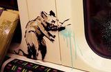 Лондонское метро удалило граффити Бэнкси на тему распространения COVID-19