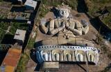 Статуя Будды Аволокитешвары во дворе дома скульптора-монументалиста Юрия Мандаганова в Иволгинском районе. Для создания статуи высотой 42 метра и шириной 28 метров понадобилось 3 года. На изготовление основания статуи использовано около 30 тонн арматуры. Сверху основание покрыли 3-слойной синтетической стеклотканью, пропитанной смолой. Установят статую на склоне горы у дацана в селе Санага Закаменского района (462 километра юго-западнее от Улан-Уде).