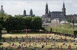 Занятия йогой под открытым небом в парке в Дрездене.