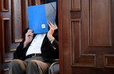Бывшего охранника концлагеря Штутгоф, 93-летнего Бруно Д., суд Гамбурга приговорил к двум годам тюрьмы условно, сообщает Deutsche Welle. Он обвиняется в пособничестве в убийствах 5232 человек. Мужчина осужден по законодательству для несовершеннолетних. На момент службы в концлагере ему было 17 лет.