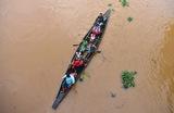 Пострадавшие отнаводнения жители деревни Качуа в штате Ассам на востоке Индии перемещаются в безопасное место.