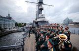 Ансамбль песни и пляски Российской армии имени А. В. Александрова на борту крейсера «Аврора» с концертом, посвященным Дню ВМФ.