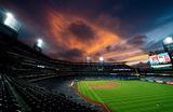 Закат над стадионом «Ситизенс-бэнк-парк» во время бейсбольного матча между командами «ФиладельфияФиллис»и  «МайамиМарлинс». Филадельфия, США.