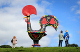 Работа португальской художницы Джоаны Васконселос Pop Galo в Йоркширском скульптурном парке в британском Уэйкфилде, открывшемся для посетителей после перерыва из-за пандемии коронавируса.