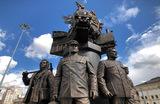 Памятник железнодорожникам — участникам Великой Отечественной войны открыт на Комсомольской площади (площадь трех вокзалов) в Москве.