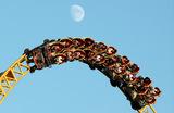 Посетители аттракциона «Змей Горыныч» в парке развлечений «Сочи-парк».