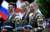 Десантники во время празднования Дня Воздушно-десантных войск на территории 83-й отдельной гвардейской десантно-штурмовой бригады в Уссурийске.