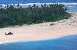 Вертолет Королевских ВВС Австралии на необитаемом острове Пайкелот в Микронезии, где трое моряков были найдены в целости и сохранности 2 августа, спустя три дня после исчезновения, благодаря огромному знаку SOS на песке. Потерпевшие бедствие сбились с курса в водах Тихого океана.