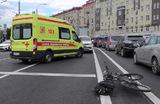 Последствия ДТП с участием машины скорой помощи и велосипедиста в центре Москвы.
