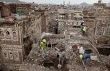 Рабочие сносят здание, поврежденное дождем в старом городе Сана, являющееся объектом Всемирного наследия ЮНЕСКО. Йемен.