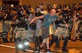 Какова численность белорусской милиции и как ее сотрудники могут относиться к протестующим?