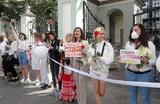 Российские музыканты выступили в поддержку протестующих в Белоруссии. В Москве продолжается акция солидарности