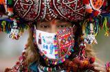 Участница индуистского религиозного праздника Наваратри. Ахмедабад, Индия.