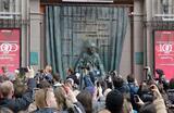 Открытие памятника Евгению Вахтангову перед зданием театра на Арбате в преддверии юбилейного сотого сезона.