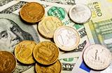«Общая нервозность, риски санкций —  это уводит валюту выше». Доллар в моменте выходил за отметку 77,5 рубля