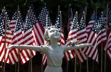 Житель Графтона (Западная Виргиния, США) установил во дворе своего дома более восьми тысяч национальных флагов в память о жертвах коронавируса.