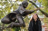 В центре Лондона на площади Лестер-сквер появился памятник Гарри Поттеру.