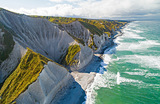 Вид на Белые скалы острова Итуруп в заливе Простор. Итуруп — самый крупный остров южной группы Большой Курильской гряды.