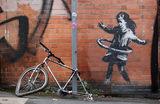 Новое граффити Бэнкси с девочкой и обручем в виде велосипедной покрышки появилось на пересечении улиц Ротсей-авеню и Иклстон-роуд в Ноттингеме. Великобритания.