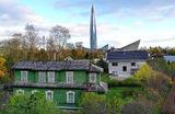 Один из деревянных жилых домов Приморского района Санкт-Петербурга. На дальнем плане башня «Лахта-центра».