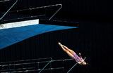 Прыжок в воду с десятиметровой вышки на церемонии открытия Токийского центра водных видов спорта, где планируется провести состязания на летних Олимпийских играх в 2021 году.