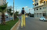 Прохожий на ходулях в городе Газа.