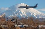 Авиалайнер идет на посадку в международный аэропорт «Елизово» в Камчатском крае.