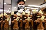 По традиции в канун Рождества на кондитерской фабрике в немецком городе Хорно готовят шоколадных ангелов — впервые в защитной маске.