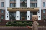 Парламент Молдавии перед уходом решил урезать полномочия президента и повысить статус русского языка