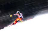 Участник Кубка мира по горным лыжам тренируется в Кицбюэле, Австрия.