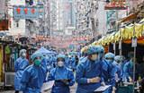 Медицинские работники в жилом квартале Джордан в Гонконге, где произошла вспышка коронавирусной инфекции.