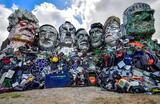 Инсталляция участников арт-группы Mutoid Waste Company Джо Раша и Алекса Вракейджа «Гора Трэшмор» на пляже в Корнуолле в преддверии саммита G7.
