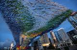 Инсталляция американского художника Патрика Ширна «Река света» установлена на набережной Центрального района Гонконга.
